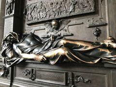 グランプラス広場のすぐ脇にあったセルクラースの像。 中世にブリュッセルの街を守ったという。触ると縁起がいいらしいので私も触ってきました。
