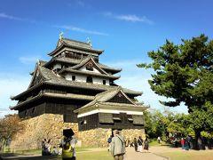 最後に、松江城の立派な天守を見ました! 青空に黒い天守が映えますね!   鯱鉾は、木彫銅張りで高さは2.08m、現存する木造物では最大だそうです! お城と言ったら私が子どもの頃から持つ天守閣のイメージはずばり白! 姫路城や彦根城も白壁ですよね。 今までに見たことのある黒い天守と言ったら、熊本城や松本城ですが、この松江城にも見られる、古い様式を保った、黒く厚い雨覆板で覆われた天守は印象に残る事でしょう。