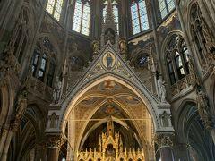 ステンドグラスが好きなので、まずはヴォティーフ教会に。 圧巻のステンドグラスです。