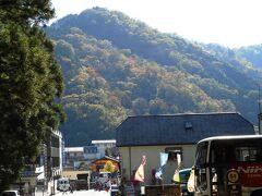 この参道は食堂や土産物屋が並び、観光バスの駐車場も点在。 大谷川対岸の山も紅葉が始まってた。