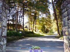 金谷記念館をもうすこし先に行ったところの左手に、田母沢御用邸があった。 正門は脇の小道に入ったところだが、国道からも直接入れる。