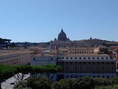 サンタンジェロ城の頂上からバチカン市国を眺めます。 目の前に,今いる国とは違う独立国があるというのは不思議な感覚。