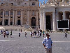 サンピエトロ広場から。 右にある大きなモニターが何とも今風?