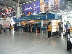 リスボン空港の長いイミグレ行列と、広すぎてどこにあるのか行方不明のスーツケースを大捜索し、何とか2時間で入国クリアしました。実はポルトガルのこのような旅行者に忍び寄る影はひたすら続きます。出口近くのインフォでリスボンカードを購入しました。(一人20ユーロ)