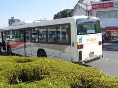 田母沢御用邸前にはバス停があり、すぐにバスが来たので、これに乗っていったん日光駅へ。 バスは中禅寺湖から来たワンロマ車でやはり混雑していたが何とか乗れた。 西参道や神橋で意外と降りて、座ることが出来た。 日光駅でタクシーに乗り、霧降の滝を目指す。 タクシーは片道1500円くらい。10分もかからない。意外と駅から近いが、標高差は大きい。