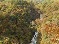霧降の滝 観瀑台についた。駐車場から10分くらい。 滝は山の向こうによく見える。昔はここからさらに滝つぼに降りれたらしいが、今はその道が閉鎖された。