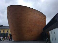 こっちはフィンランドデザインな観光地。  お椀の形のカンピ教会。まるで大きな曲げわっぱ!