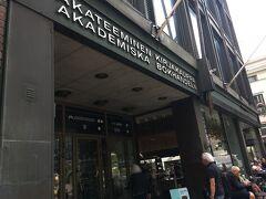 歩いて移動。  アカデミア書店。アアルト設計で絶対見たかった場所。