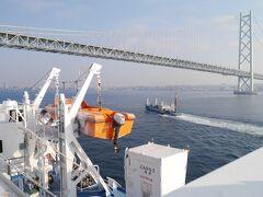 明石海峡大橋を通過します。 フェリーにかならずある、この救命用ボート?を入れて写真を撮るの、好きです。