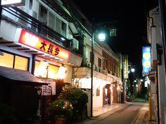 あのぉ、ここ上山田温泉なんですけどぉ~(≡∀≡)   韓国、タイ人のスナックが軒を並べる歓楽街。 30mおきに客引きのおばちゃんが立ってる。  女性の一人歩きはセーフ、男性の一人歩きはキケン(笑) 場違い感、半端ない。