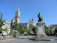 ケルン広場。 ここのベンチで座ってちょっと休憩。ここまで結構歩いた。  数分後、あの高い塔の大聖堂に向かって歩き出しました。