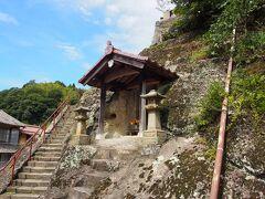 ここはおそらく観世音寺の入り口。 銀山の発展を祈って代官所が建てたのだとか。  ここの住職が前述の五百羅漢を掘ったといわれています。