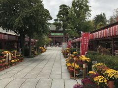 笠間神社です、参道があり20m程の仲見世が並びます。