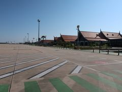 1 ますます簡単、カンボジアのアライバル・ビザ:Visa On Arrival  アンコールワット観光の拠点、シエム・リアップ:Siem Reap 国際空港に着いたのは朝9時過ぎであった。まず、やることはカンボジアの入国ビザの現地取得。2019年10月現在、手続きは、ブログやガイドブックの記載より、さらに簡素化され、限りなく入国税に近づいていた。  きれいなターミナルビルに入って「VISA」と大書された場所に向かうと、 「こっち、こっち」と係官が手招き。 「パスポート出して」と、英語でのやり取り開始。 「えっ、申請書類は要らないの?」 「不要です。写真も要りません。はい、それでは、30ドルを隣りの係官に払ってね」 「はあい」 「30ドル受け取りました。カウンターの端の方へ進んで待っててね」 「はあい」 その後、5分くらいで名前を呼ばれて1カ月有効のツーリストビザ取得完了。  続いて、入国審査、預入れ荷物引き取り、税関スタッフに機内で配られた申告用紙を出してチェックを受けると、もう仕切りのドアを開けるだけ。飛行機のタラップを降りて地面に足が着いた瞬間から30分くらいの、あっという間の出来事であった。