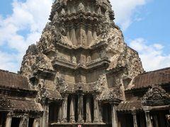 高さ65mの主塔も眼の前に堂々と立っていた。お堂全体を背景に記念写真を撮ってもらったら、自分の姿の何と小さかったこと。ヒンドゥー教や仏教の描く宇宙の広大さに、改めて感じ入った。  汗がひくまで石の床に腰掛けて、天上の世界の聖なる空気を吸った。 「この主塔、内部に階段とかあって、てっぺんまで行けるのかなあ?」
