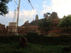 汗だくになりかけたころ、視野の彼方にプノンバケンのお寺のテラスが見えてきた。遺跡そのものも、かなり荒廃していて、カンボジア風のペースで修復中のようだ。テラスの人の数は少ないようなので、「多分、行ける!」