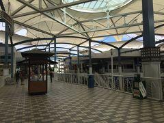 マウイ、カフルイ空港の新造された巨大なレンタカービルを出て比較的単純な道ながら初めての車なりに緊張しながら運転。なんか軽く食べていこうよと言われ、クイーンカアフマヌセンターへ。今回ここは初めて入りますがなかなかの大きさのモール。マウイのアラモアナセンターなどと言われているようですが、お客さんの数は少ないので閑散とした印象。