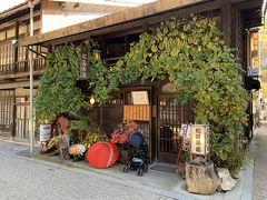 奈良井宿の街並み。町家カフェやグルメも充実している。