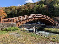 木曽の大橋。平成3年に奈良井川にかけられた樹齢300年以上のヒノキを使った総檜造りの太鼓橋。橋脚を持たない橋としては日本有数の大きさを誇り長さ33メートルある。