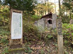 二百地蔵。明治時代に奈良井宿周辺の国道の開削や鉄道施設の際、その経路上や道幅の拡張作業場の確保等でその場から撤去された石像たちを集め祀った。