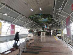 ソフィア空港駅は地上に乗り場があります。