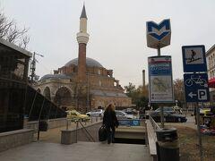 中央市場の向かいにはバーニャ・バシ・ジャーミアという大きなモスクがあります。