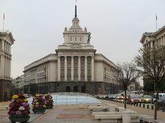 セルディカの交差点を東側に向かうと、旧共産党本部の建物があります。