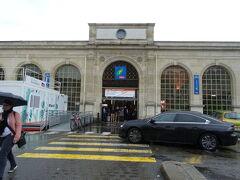 フランス国鉄のヴェルサイユ・リヴ・ドロワ駅。 サン・ラザール駅までは始点と終点なので、行きも帰りも乗りっぱなしで楽ちんでした。  ただ、駅によって同じ自動券売機なのに、切符の買い方が違ったのはなんでだろう。困る!