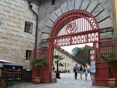 お城の入り口は左側にある赤い門。  13世紀に建てられたお城は、 次々と持ち主が変わりそのたびに改修され、 5つの中庭をもつ巨大なお城となりました。