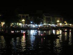夜7時前だったので、せっかくの旧市街に徒歩10分というホテルなので、旧市街まで散策に出かけます♪ 灯篭流しの小舟がゆらり