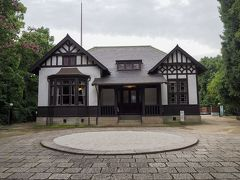 旧呉鎮守府司令長官官舎 建物は1905年の芸予地震で倒壊した後に再建されたもので、1992年に解体後、修理復元されたそうです。