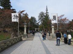 米沢城跡の松が岬公園に入ります。  もうお城はないのですが、上杉家の雰囲気がよく出てます。