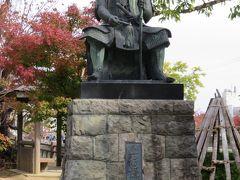 公園内には様々な像があります。  上杉謙信の像。