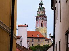 通りを進むと、細い道の奥に、 空に向かって伸びる町のシンボル、 城の尖塔がチラリ。 クリーム色とピンクと淡いグリーン、 女子大好きのカラーリングですね♪
