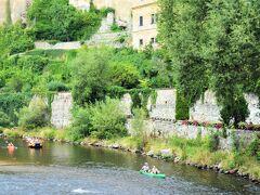 橋の上から見ると、8月も終わりでも、 木々の緑がまだしっかり~。 川にカヌーを浮かせて遊ぶ姿もあって 気持ちよさそう~♪