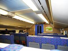 久々に乗った二階建て新幹線。2階建て16両の収容力のおかげで、車内は空いていた。
