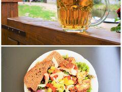 チェコといえばピルスナー発祥の地で 一人当たりビール消費量が、 恐るべし世界一のビール大国です。  お料理を待つ間に、ま、取り合えず 大ジョッキ(500ml)を飲みほし~の、 お料理がきたら「小」(300ml)を 追加するという、最近お気にいりの ルーティンで飲んでみる~。