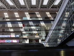 大阪駅のホームから。 天井の屋根はガラス張りになっていてオシャレな作りです。 ビルの展望台から写真を撮ってみたいですね。