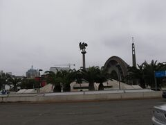 博物館を出てしばらくしたら、サン・イシドロと呼ばれる地区に到着します。こちらは、リマの高級住宅地エリアだそうで、ラウンドアバウトと呼ばれる環状式交差点も見かけました。どこかヨーロッパの街並みを連想させてくれますね。