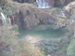滝の下の湖の水が澄んでいるのが上からもわかりました。