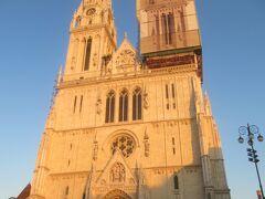 30分程度トラムに乗った後はイエラチッチ広場からガイドさんの案内のもと 市内観光をしました。 夕日に照らされた大聖堂。