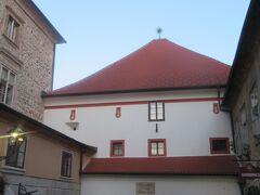 昔の城壁の出入り口として使われていた門で、 内部は聖母マリアの肖像があり、礼拝堂の機能もあるようでした。