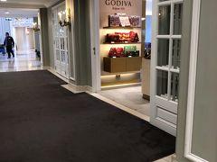 ホテル(Hilton Brussels Grand Place)に戻ります。 こちらは、1Fの『GODIVA』  コーヒーを買って部屋で飲みます。