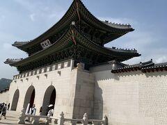 歩いて光化門まで! ここをみると韓国に来た感が 一気に出ます  14:00から交代式が始まるので 急いで中へ、、 ちなみに韓服を来ていると 入場無料なのです!ラッキー!!