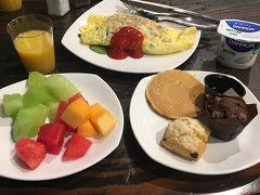 この日もホテルの朝ごはんからスタート! フルーツでビタミンを摂取します。笑