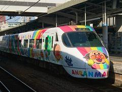 ホテルに戻ってひと眠りした後、松山駅へ。 アンパンマン列車発見!