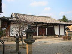6<新薬師寺> なだらか大屋根と白壁が印象的なこの寺院は、華厳宗「新薬師寺」 夫・聖武天皇の目の病気平癒を願い、妻の光明皇后が創建しました。 ご本尊は、病気に御利益のある「薬師如来」です。