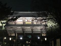 27<夜の東大寺・南大門(国宝)> 訪れた2月9日(土)は「しあわせ回廊 なら瑠璃絵」の期間中にあたり、奈良公園の寺社が、高貴な色である「瑠璃色」でライトアップされるイベントが行われていました。