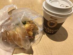 談合坂SAでモーニングタイム~  地元にもある「リトルマーメイド」のパン屋さん♪ 焼き印入りの談合坂あんぱんが人気らしいですが、朝からあんぱんは胃がもたれそうなので、、、 食べかけですが、チーズとハムの入ったパンとコーヒーいただきました。  パン美味しいけど、ちょっと高くない??? どれも1個300円超え、、、(ーー;)