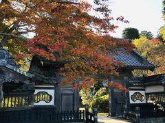 烏川渓谷から山を下っていく途中にある「大庄屋山口家」 時代劇に出てきそうな、とても立派な門構えです。  庭園や書院を拝観できるのですが、時間の都合で割愛させてもらいました。 山口家第22代として生まれた日本画家の山口蒼輪の生家です。 書院には山口蒼輪の残した作品が、いくつも飾られているそうです。